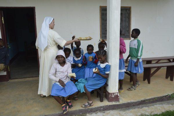 Nakarm dzieci ze świetlicy w Garoua Boulai (07/DOMIS)