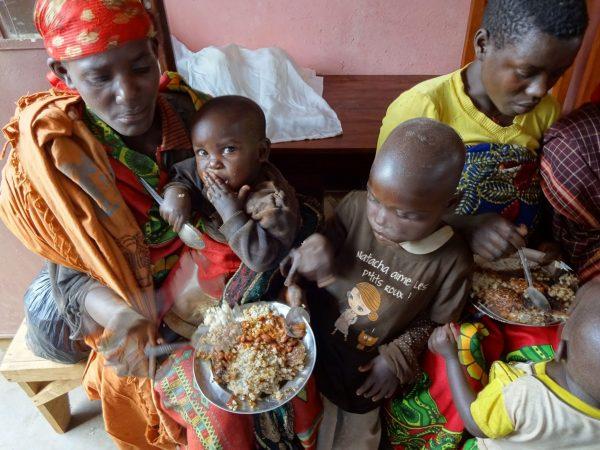 Pomoc chorym - dożywianie w szpitalu w Buraniro (166/DUCHA)