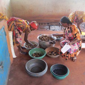 Dożywianie dzieci ze szkoły podstawowej w Doume Ruch Maitri Pomoc Afryce Adopcja Serca 01