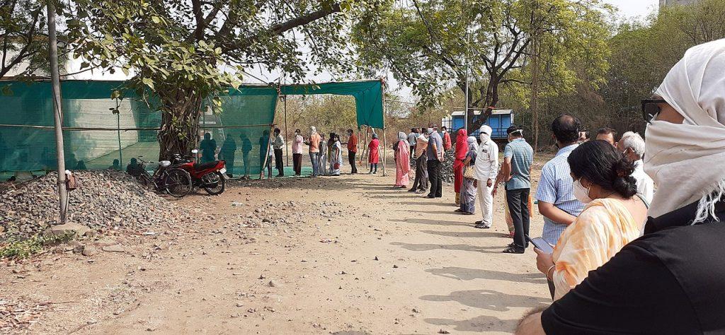 Kolejka do szczepienia w Indiach