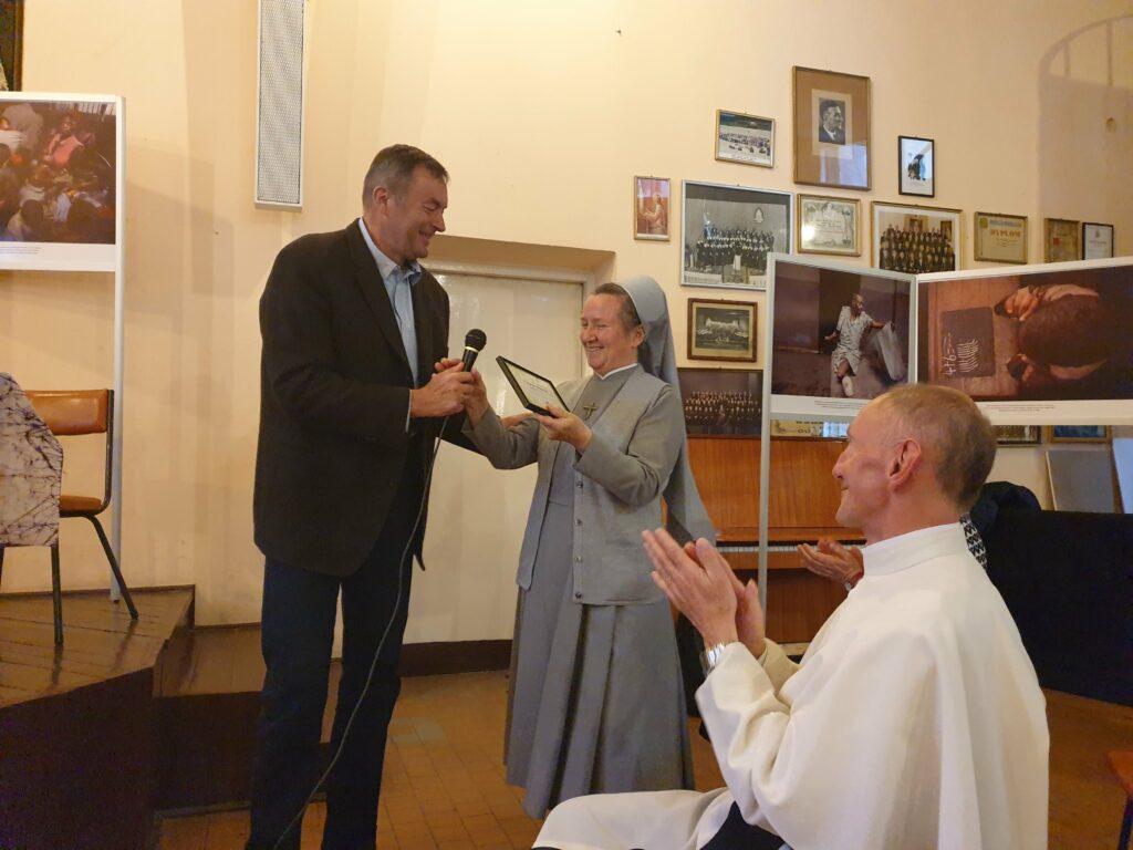 Koordynator Adopcji Serca Tadeusz Makulski wręcza okolicznościowe podziękowanie s. Marcie Litawie
